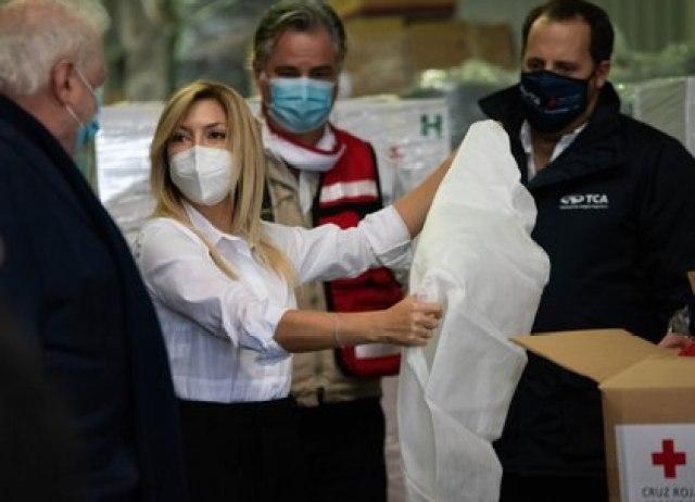 La Primera Dama junto al ministro González García recorrieron las instalaciones del Hub Humanitario de la Cruz Roja Argentina observando el material adquirido