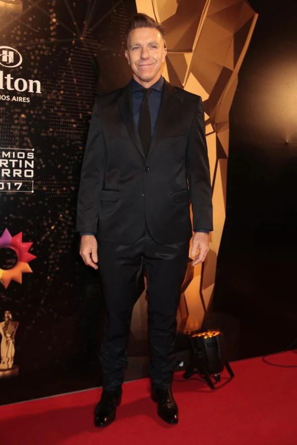 Combinando con un smoking negro, la camisa elegida por Alejandro Fantino fue azul, una tendencia que sigue desde el año pasado (Christian Bochichio)
