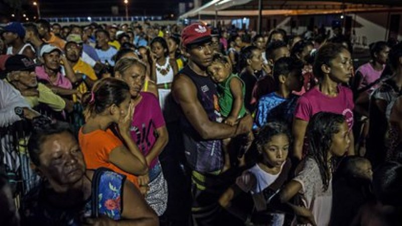 Migrantes venezolanos en Boa Vista, Brasil, esperando para recibir comida. (Meridith Kohut/The New York Times)