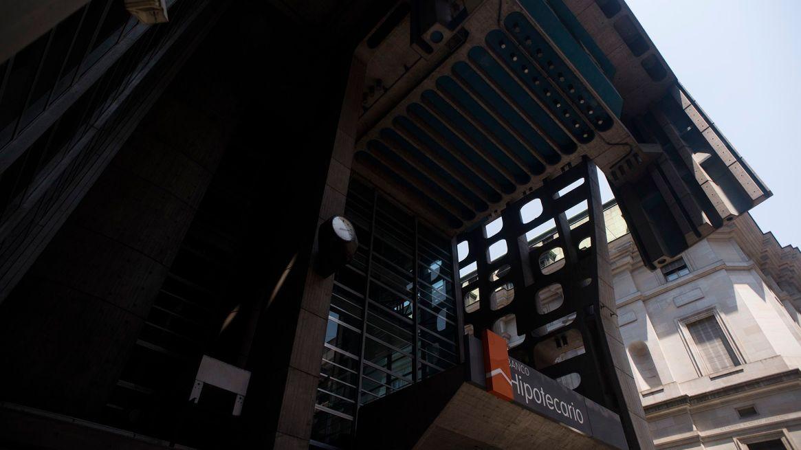 El edificio se encuentra emplazado a una cuadra de la Plaza de Mayo, en el microcentro porteño