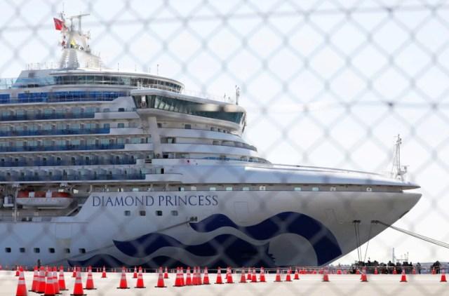 El crucero 'Diamond Princess' llegó a convertirse en el mayor foco puntual de la epidemia de coronavirus fuera de China tras la decisión de las autoridades japonesas de mantener a todo el pasaje en cuarentena durante catorce días sin permitir desembarcar a las personas sanas (REUTERS/Issei Kato/File Photo)