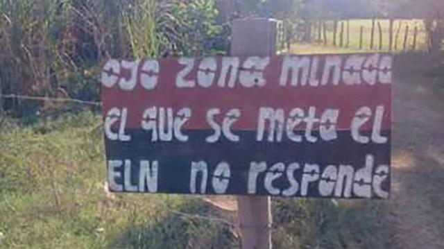 Pancarta del ELN en Norosí, que advierte sobre las minas antipersonal que sembraron en la zona.