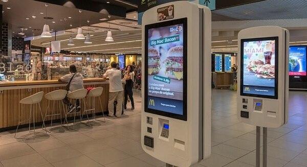 Una de las preocupaciones es que la gente toca las pantallas antes de los alimentos y después no se lava las manos (Foto: Getty)
