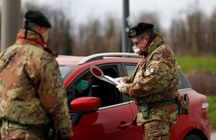 Archive image of members of the Italian Army wearing masks while checking a driver's permission to enter the red zone of Turano Lodigiano, near Vo ', closed due to the coronavirus outbreak in northern Italy, in Turano Lodigiano, Italy.  February 26, 2020. REUTERS / Yara Nardi / Archive