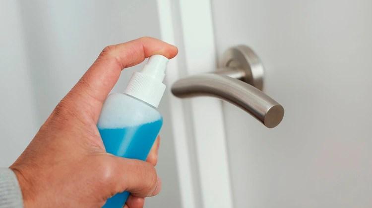 Los picaportes deben ser desinfectados al llegar al hogar (Shutterstock)