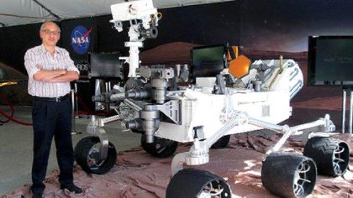 Miguel San Martín posa con una réplica del rover Curiosity en el JPL de la NASA, en California.