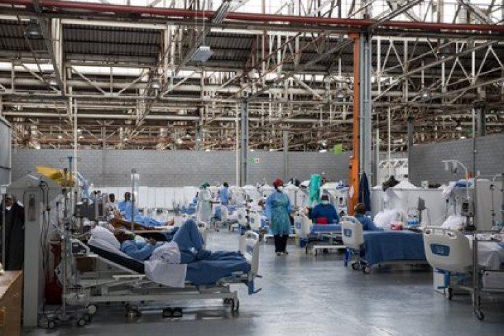 Pacientes de cuidados intensivos en una unidad instalada en una fábrica por la saturación de hospitales (Samantha Reinders/The New York Times)