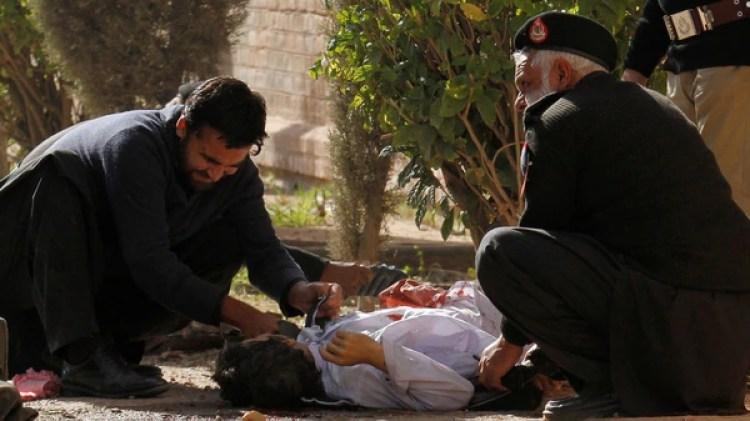 Los asaltantes abrieron fuego ante las puertas del establecimiento hiriendo a un guardia, antes de irrumpir en el local (Reuters)