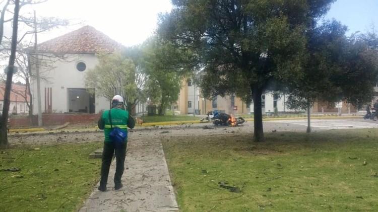 El vehículo habría entrado violentamente por un conductor que se inmoló.