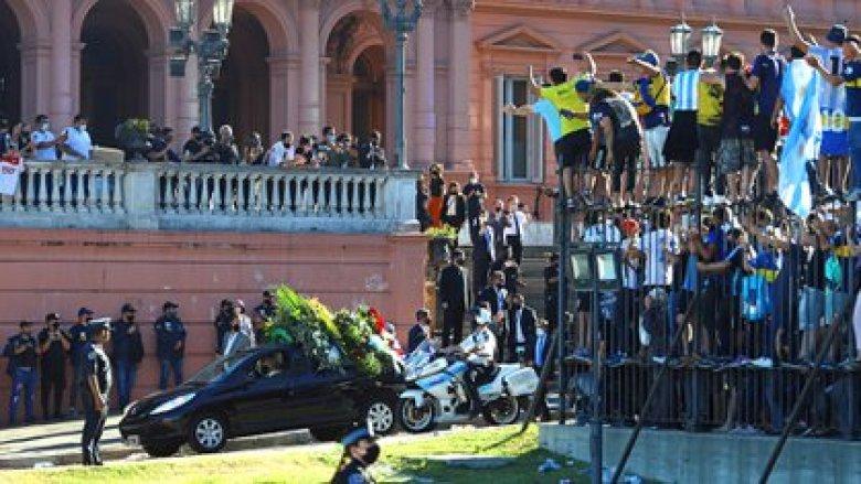 El cortejo con el cuerpo de Diego Maradona deja la Casa Rosada (REUTERS/Matias Baglietto)