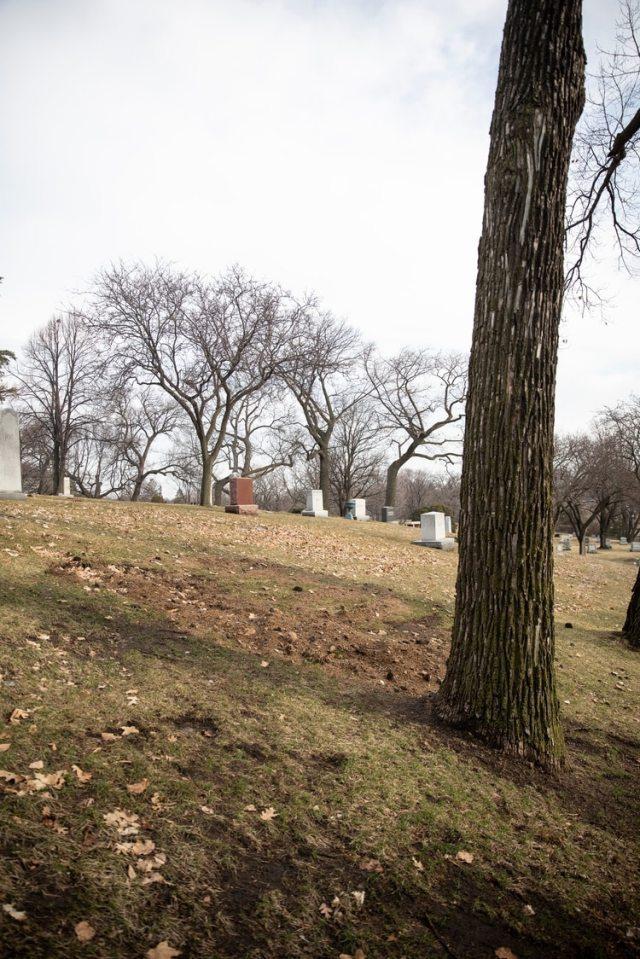 La tumba de Kelly Catlin en el cementerio Lakewood en Minneapolis (Foto: Jenn Ackerman for The New York Times)