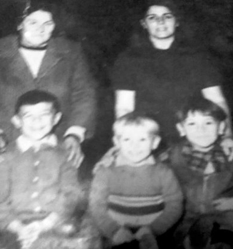 Esteban junto a su familia