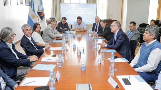 Mario Meoni y Pablo Moyano, entre los participantes del encuentro en el que se garantizó el trabajo de los camioneros