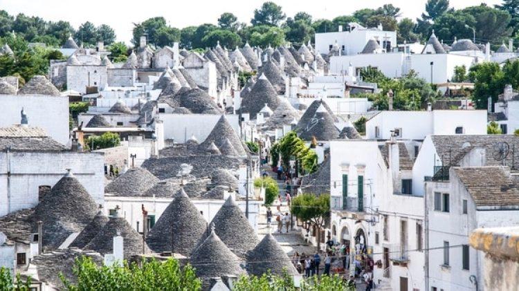 """Aquí se hallan los """"trulli"""", unos edificios blancos con forma de cono (Getty)"""