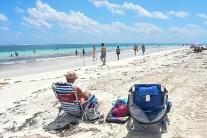 PUERTO MORELOS, QUINTANA ROO, MARCH 13, 2021.- National and foreign tourists enjoy the beach and the weather during this long weekend.  The state is in a Yellow Traffic Light due to the Covid-19 pandemic.  PHOTO: ELIZABETH RUÍZ / CUARTOSCURO.COM
