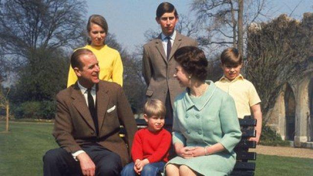 La reina Isabel II y su familia en Windsor en la primavera de 1968. De izquierda a derecha: Felipe, duque de Edimburgo, la princesa Ana, el príncipe Eduardo, Carlos de Gales y Andrés, duque de York