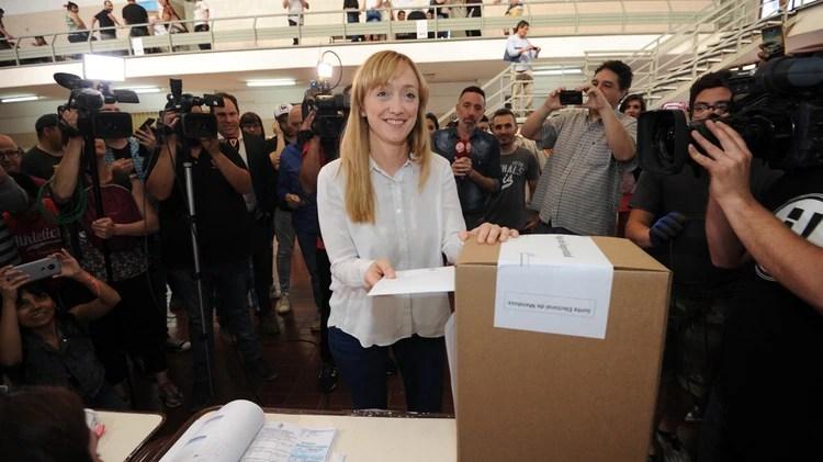 La candidata kirchnerista reconoció antes de que se conocieran los datos oficiales su derrota por