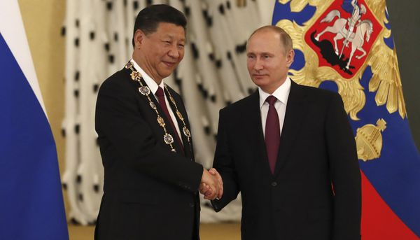 Vladimir Putin aprovechó la reunión para entregarle una condecoración al presidente chino, Xi Jinping