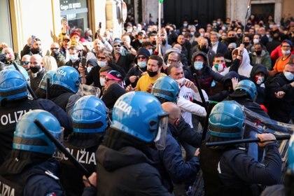 Los propietarios de restaurantes se pelean con la policía por las restricciones de COVID-19 a las empresas, en Roma, Italia, el 6 de abril de 2021. REUTERS / Yara Nardi
