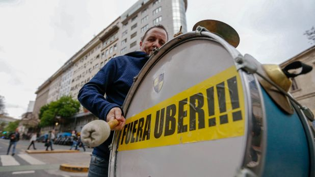 Las protestas de los taxistas contra Uber son comunes en la Argentina y en otras partes del mundo (Foto Nicolás Aboaf)