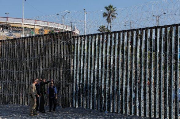 Nielsen visitó la valla fronteriza reforzada cerca de San Diego (REUTERS/Mike Blake)