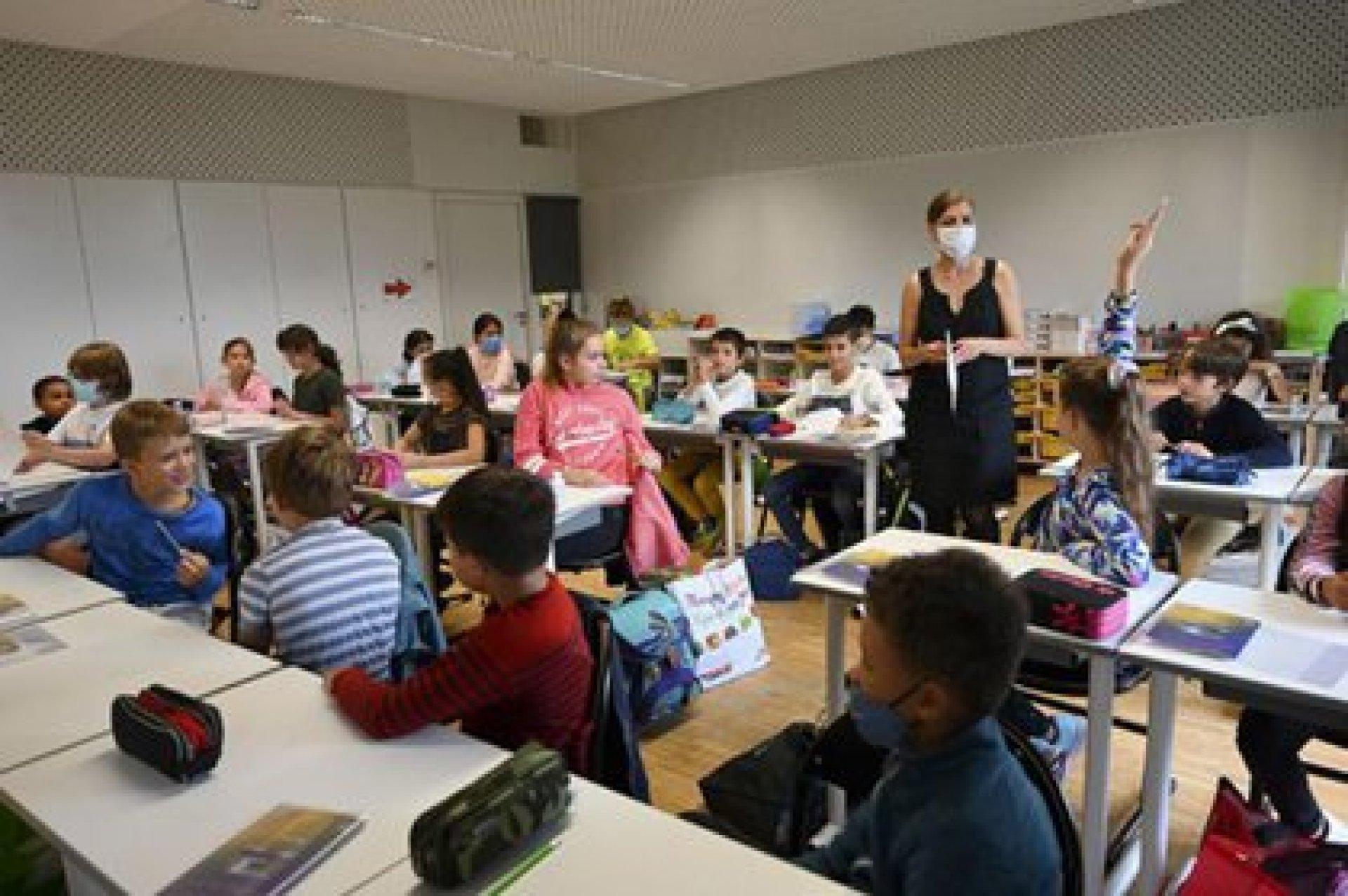 Las escuelas en Francia permanecen abiertas, pese al rebrote de COVID-19