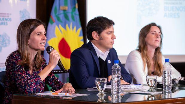 Fernanda Raverta junto a Axel Kicillof