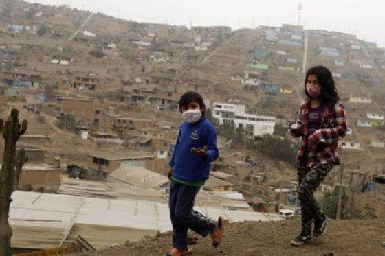 08/27/2020 Dos niños with mascarilla caminan por la barriada de Villa Maria del Triunfo, Lima, and medio de la pandemia del coronavirus.  POLITICA SUDAMÉRICA PERÚ LATINOAMÉRICA INTERNACIONAL MARIANA BAZO / ZUMA PRESS / CONTACTOPHOTO