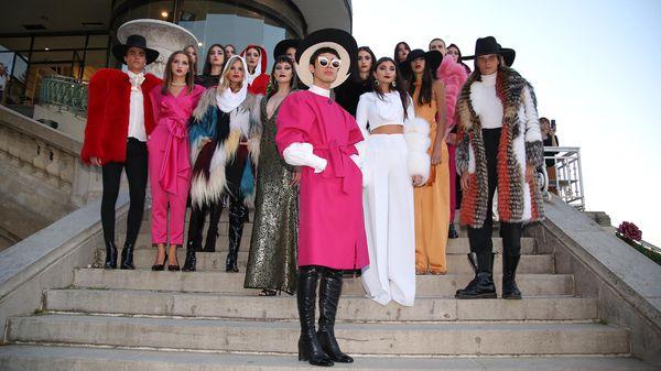 El diseñador Santiago Artemis, acompañado por las modelos que lucieron su flamante colección (Visage / Hipódromo Argentino)