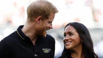 Harry y Meghan durante el partido amistoso entre los New York Yankees y Boston Red Sox (AFP)