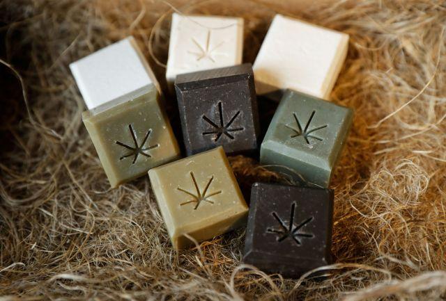 Jabones hechos a base de cannabis, uno de los tantos productos derivados de la planta (REUTERS/Evgenia Novozhenina)