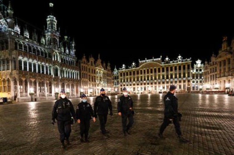 Oficiales de policía en Bruselas durante el toque de queda impuesto en el país por el rebrote de COVID-19. Foto: REUTERS/Francois Lenoir