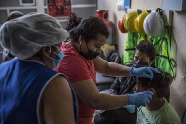 Mujeres toman la temperatura de un menor de edad en Baja California, uno de los estados con un alto índice de contagios de COVID-19  (Foto: Omar Martínez /Cuartoscuro)