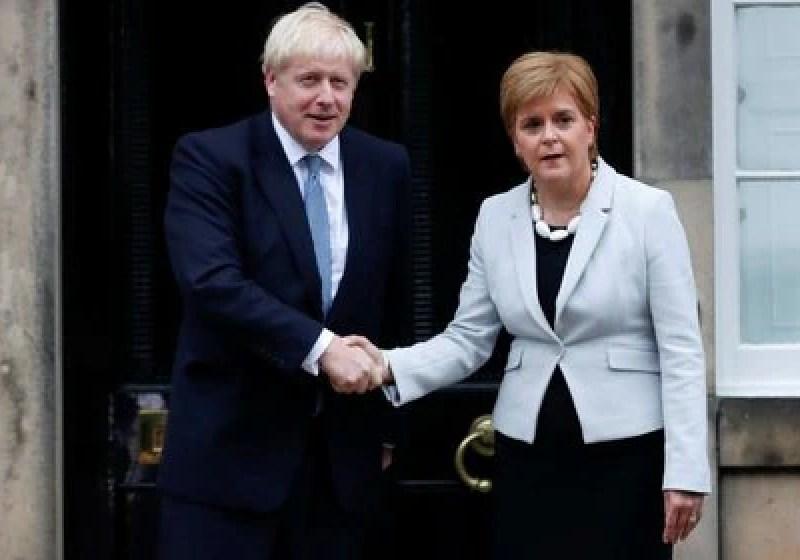 El primer ministro del Reino Unido, Boris Johnson, saluda de mano a la ministra principal de Escocia, Nicola Sturgeon, en Bute House, Edimburgo, Escocia. 29 de julio de 2019. REUTERS/Russell Cheyne.