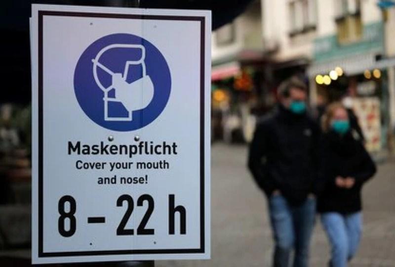Personas con máscaras protectoras mientras caminan por una zona peatonal mientras la propagación de la enfermedad COVID-19 continúa en Frankfurt, Alemania, el 27 de octubre de 2020. REUTERS/Kai Pfaffenbach