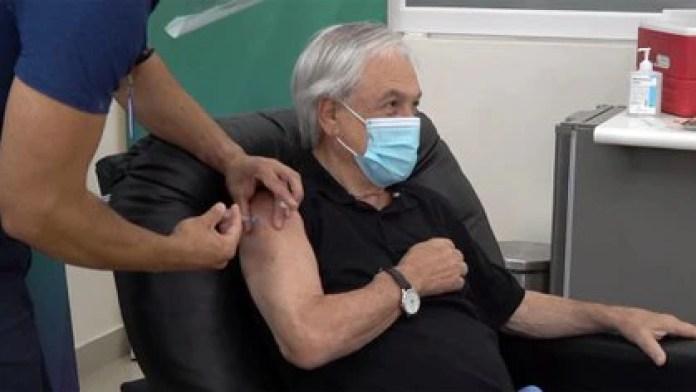 A primera hora de este viernes, el Presidente Sebastián Piñera, recibió la primera dosis de la vacuna contra el COVID-19 en la ciudad de Futrono, al sur de Chile