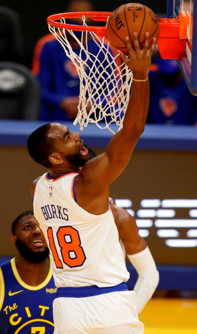 El escolta Alec Burks anotó 15 de sus 27 puntos en el último cuarto y los New York Knicks vencieron a los Washington Wizards 106-102 para conseguir la barrida en los dos partidos que ambos equipos disputaron. EFE/EPA/JOHN G. MABANGLO/Archivo