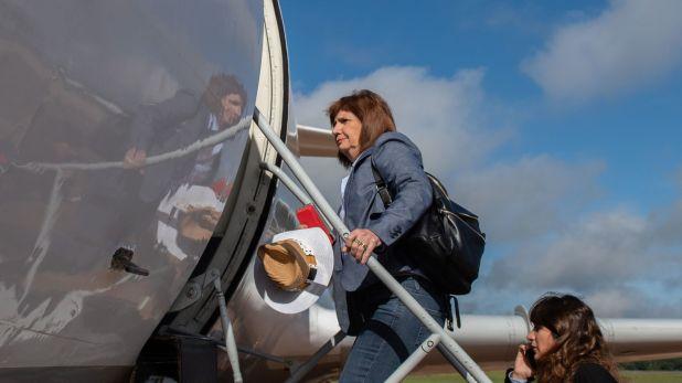 Bullrich aborda el avión de Fuerza Aérea camino a Pedro Juan Caballero.