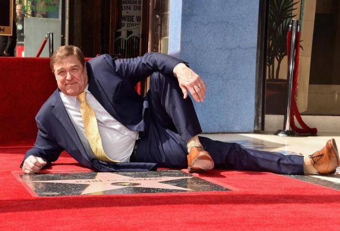 John Goodman posa con su estrella en el Paseo de la Fama de Hollywood en 2017