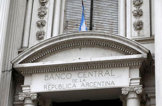 La función primaria del Banco Central de la República Argentina es preservar el valor de la moneda. Además, debe desarrollar una política monetaria y financiera dirigida a salvaguardar las funciones del dinero como reserva de valor, unidad de cuenta e instrumento de pago para cancelar obligaciones monetarias (Reuters)