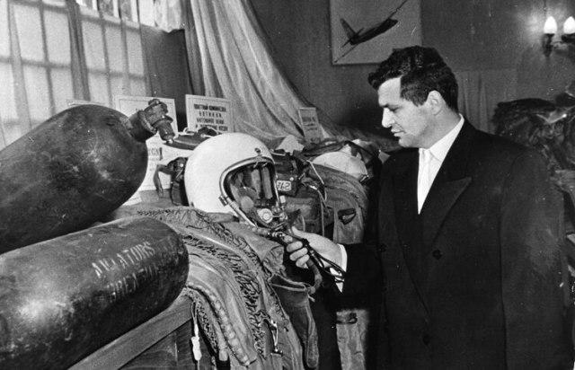 El piloto del avión espía U2 Gary Powers posa junto al traje que llevaba cuando cayó en territorio comunista, en una exhibición de los materiales que se presntaron como evidencia en el juicio en su contra en Moscú.