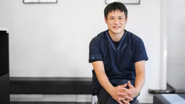 Yuki Hattori, fundador del Centro Médico Felino de Tokio, es el veterinario estrella de Japón.