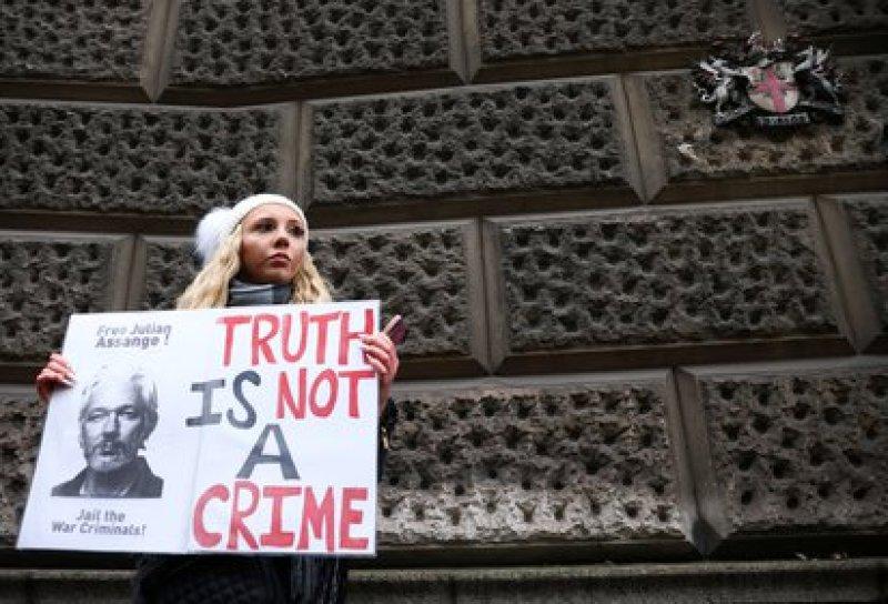 Una manifestante pro Assange frente al tribunal de Londres. (REUTERS/Henry Nicholls)