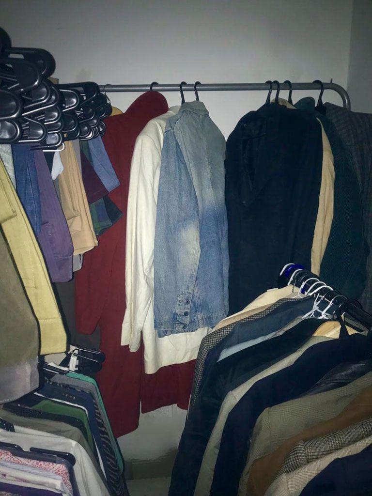 El banco de ropa de la Fundación. Jorge todavía conserva la vestimenta que le dieron hasta que algún otro trabajador lo necesite