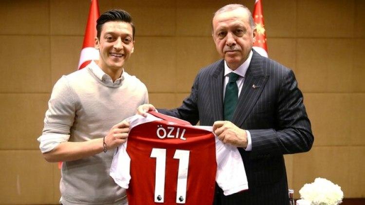 La foto en cuestión entre Ozil y Erdogan (Reuters)