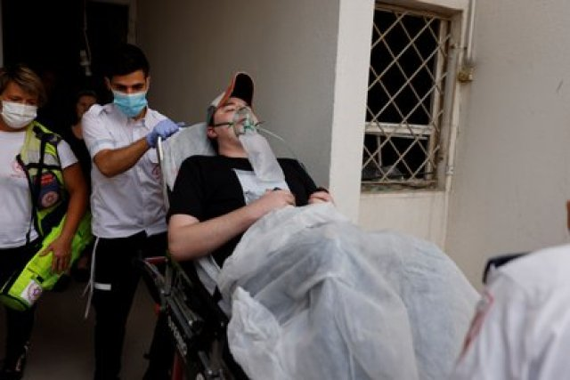 Médicos atienden a un hombre herido en el ataque palestino en Ashkelon (REUTERS/Amir Cohen)