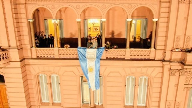 Macri en el balcón visto desde el drone de Infobae (Thomas Khazki)