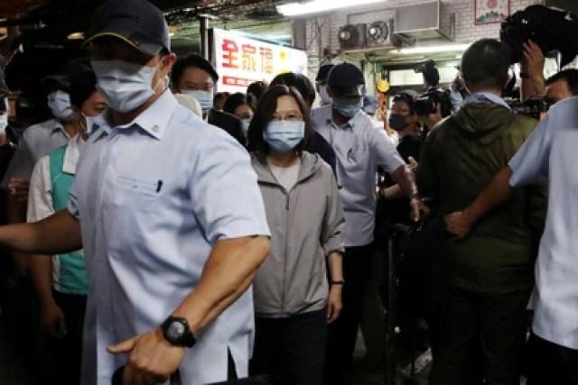 La presidenta de Taiwán, Tsai Ing-wen, es escoltada fuera de una tienda de postres tradicionales en Keelung, Taiwán, el 9 de junio de 2020 (Reuters/ Ann Wang)