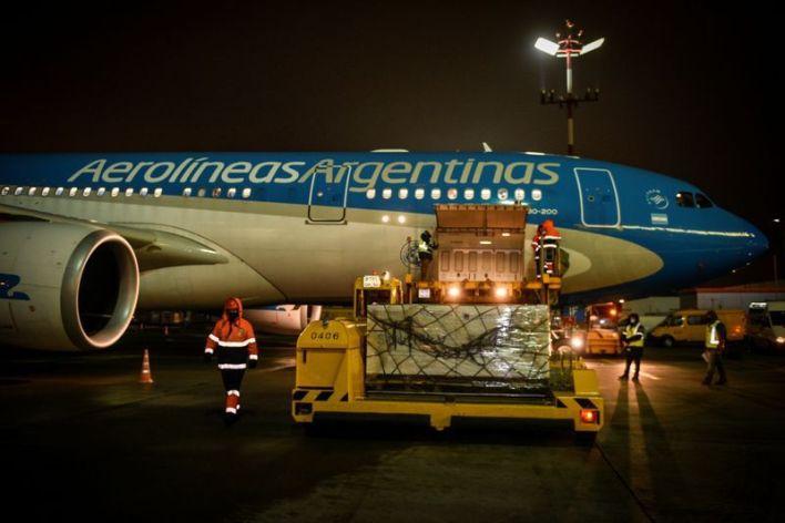 Horas antes de la Nochebuena, el avión de Aerolíneas Argentinas carga en el aeropuerto ruso de Sheremetievo, en Moscú, las primeras dosis de la vacuna Sputnik V contra el coronavirus. (Maria Eugenia Cerruti / Presidencia)