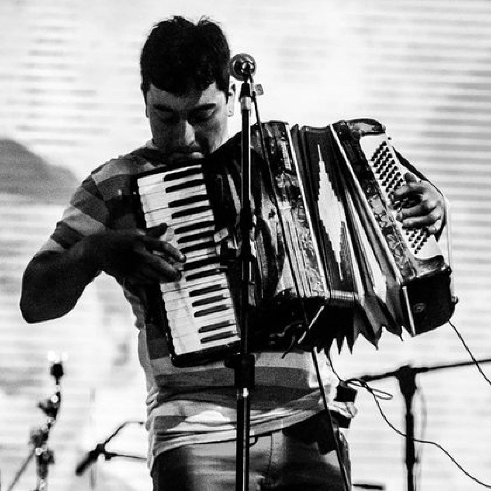 Bautista Quintriqueo es un conocido acordeonista de LA Angostura. Solía tocar en peñas folclóricas de la región (Facebook)